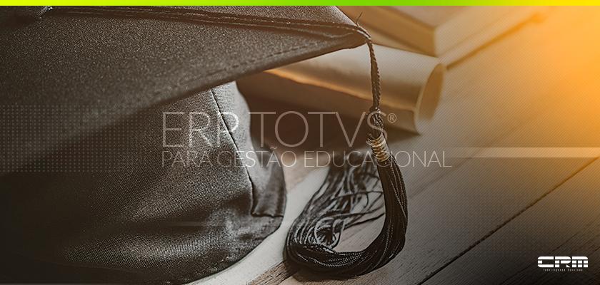 chapéu de formatura com diploma representando o sistema totvs educacional