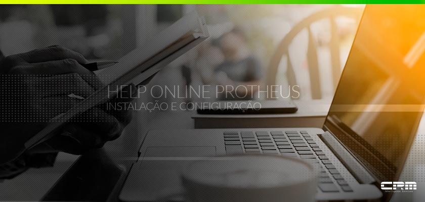 pessoa com caderno e computador acessando o help online protheus